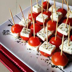 'caprese' para el picoteo, fácil y rico! tomatitos cherry, queso de cabra, albahaca y oliva :)