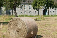 Heerlijk die prachtige gebouwen het platteland. En daar met de motorfiets rustig doorheen ploffen. Voorjaar kom maar op! #travelphotography #traveller #canon #canonnederland #travelblog #reizen #reisjournalist #travelwriter#fotoworkshop #willemlaros.nl #reisfotografie #landschapsfotografie #follow #instalaros #belgië #belgium #wallonië #motorbike #vstrom #mysuzuki #fb