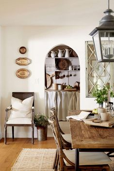 European farmhouse style is a combination of the relaxed, at-home feel of the American farmhouse, mixed with the old-world feel of European elegance. Swedish Farmhouse, French Country Dining, Country Farmhouse Decor, Farmhouse Interior, Modern Farmhouse Style, French Country Decorating, Farmhouse Design, American Farmhouse, Farmhouse Chic