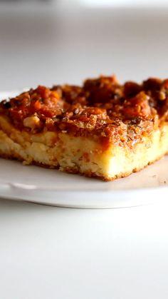 Receita com instruções em vídeo: Pizza de sardinha é uma delícia!  Ingredientes: 2 xícaras de leite, 3 ovos, ¼ de xícara de óleo, 1 xícara de queijo ralado, 2 ½ xícaras de farinha de trigo, 1 colher de sopa de fermento em pó, 1 cebola, 2 dentes de alho, 1 lata de tomate pelado, 2 colheres de sopa de extrato de tomate, 3 latas de sardinha, Sal