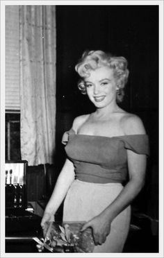 """Marilyn Monroe during the filming of """"Niagara"""". Photo by Jock Carroll, Marilyn Monroe Portrait, Marilyn Monroe Photos, Marylin Monroe, Old Hollywood Glamour, Classic Hollywood, Cinema Tv, Actrices Hollywood, Norma Jeane, Angelina Jolie"""