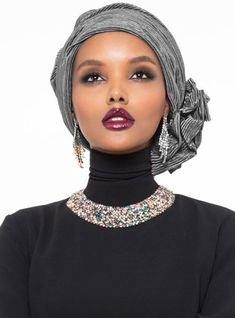 The perfect addition to any Muslimah outfit, shop Halima X Modanisa's stylish Muslim fashion Leda Turban - Black. Find more Instant Scarf at Modanisa! African Hair Wrap, African Head Scarf, Turban Outfit, Turban Style, Scarf Hairstyles, African Hairstyles, Black Hairstyles, Head Scarf Styles, Hair Styles