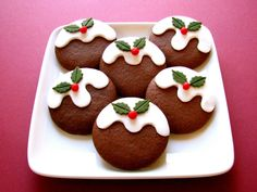 Christmas Pudding Cookies - cute design idea for gingerbread with royal icing Cute Christmas Cookies, Christmas Biscuits, Christmas Cupcakes, Christmas Sweets, Christmas Cooking, Noel Christmas, Holiday Cookies, Simple Christmas, Christmas Recipes