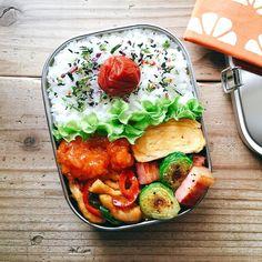 いいね!2,706件、コメント11件 ― まるさん(@maru_528)のInstagramアカウント: 「2017/03/21 今日のお弁当。 ・チンジャオロース ・エビチリ ・芽キャベツとベーコンのグリル ・ネギ入り卵焼き * チンジャオロースは鶏むね肉で、 エビチリはセブンのだよ〜٩( 'ω'…」 Japanese Lunch Box, Japanese Food, Kids Meals, Easy Meals, Weight Gain Meals, Asian Recipes, Ethnic Recipes, Bento Box Lunch, Food Diary