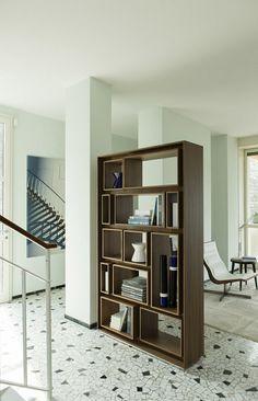 estanterías que sirven tambíen como divisor de habitaciones