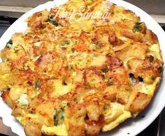 Malzemeler 1 adet bayat ekmek 3adetyumurta 2 su bardağı süt 1 su bardağı kaşar peyniri rendesi 2 dilim beyaz peynir Bir tutam Maydanoz tuz, karabiber, pul biber margarin