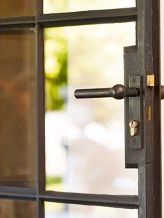 Inspiratie beeld stalen deur authentiek met stop verf. Interesse in stalen deuren op maat www.molitli-interieurmakers.nl