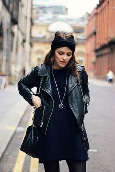 Tenue: Veste motard en cuir noire, Robe-pull bleu marine, Sac bandoulière en cuir noir, Bandeau en tricot noir