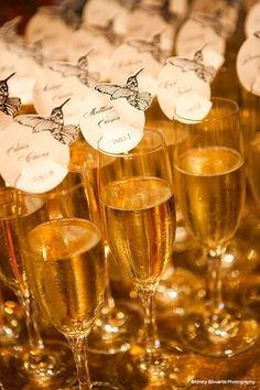 Wedding escort cards on champagne glasses Wedding Place Cards, Wedding Pins, Wedding Details, Wedding Favors, Our Wedding, Dream Wedding, Wedding Decorations, Wedding Ideas, Table Seating Cards