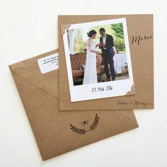 Remerciement de mariage en toute simplicité avec une enveloppe et un petit carton kraft imprimé, une photo polaroid et des coins photos en kraft !