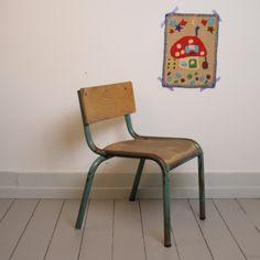 Oude industriële peuter stoel. Mooi doorleefd. metalen frame met houten rugleuning en zitting. past goed in ieder interieur. brengt een vleugje nostalgie.    Zithoogte 32 cm.    Rughoogte 57 cm, 40 cm diep, 47 cm breed.  € 35,00