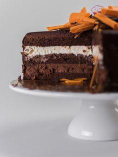 Cudowny, pomarańczowo-czekoladowy tort nasączony rumem i świeżo wyciskanym sokiem z pomarańczy. Z dwoma rodzajami musu: z ciemnej czekolady i z białej czekolady. Nie za słodki, wyraźny w smaku, na kakaowych biszkoptach. Idealny na urodziny lub inną ważną okazjęcukierni internetowej Ente Cafe Cake, Desserts, Tailgate Desserts, Deserts, Kuchen, Postres, Dessert, Torte, Cookies