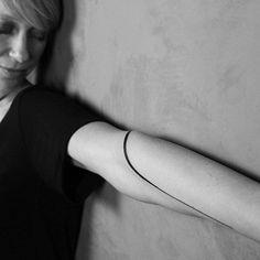 Mais uma Joia para a Linda e Queridissima @camila.bertoli #gabibessa #tattoo #tatuagem #tatuagemfeminina #inked #inkedgirls #body #art #minimalist #design #woman #ornaments #jewelry #style #beauty #blacktattoo #taot #tattoo2me #blackworkers #tattrx #tattooselection #blacktattooart