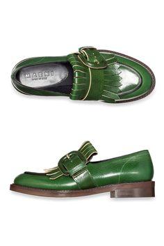 Одна из самых удобных и практичных моделей осенней обуви – лоферы. Обувь в стиле preppy сочетается и с брюками, и с юбкой в складку, она уместна как в офисе, так и на прогулке. В этом сезоне стоит обратить внимание на лоферы классической формы, но небанального яркого цвета.