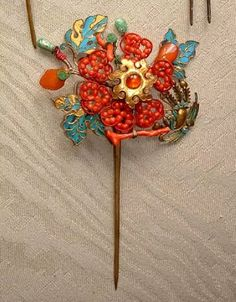 An antique Chinese kingfisher hairpin with a beautiful design of phoenix and peony using corals and other semi-precious stones as inlays. Hair Jewelry, Jewlery, Kingfisher, Hairpin, Chinese Art, Asian Art, Exotic, Feather, Gems