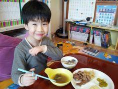 고기맛을 알아버린 아들. 고기만 보면 저리도 행복한 표정을... 고기를 대하는 표정이 아빠랑 똑같잖아