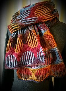 'Bubble Trouble' is another scarf that uses two techniques: two-color brioche and double knitting. In this way it is wearable on both sides. The double knitting surfaces are worked like the brioche ones with one color per row, which greatly simplifies handling. For someone who is already familiar with two-color brioche, the scarf is not difficult to knit; however, some concentration is required as you constantly switch between the two techniques. The pattern itself is easy; optical variety…