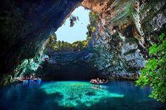 【ギリシャ】メリッサーニ洞窟。ケファロニア島にある地底湖。イオニア海に位置するギリシャの島の中で最大の面積を持つ島にあります。発見されたのは1951年と比較的最近で、現在はボートに乗って観光もできるみたいです。