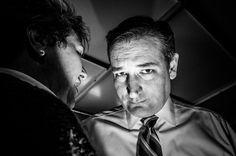 Le petit théâtre de la politique US par le célèbre photojournaliste américain Mark Peterson @markpetersonpixs @reduxpictures #politicaltheatre #politicsinblackandwhite  Sur cette photo: Le sénateur Ted #Cruz avec un supporter dans l'Iowa / @SenTedCruz talking to supporter in #Iowa by parismatch_magazine