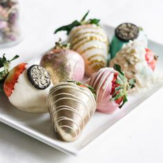 Chocolate dipped strawberries are a delicious addition to any dessert table at your wedding, We've put together 4 ways to make your strawberries stand out! Edible Wedding Favors, Wedding Cakes, Chocolate Dipped Strawberries, Strawberry Dip, Dessert Table, Cake Ideas, Icing, Dips, Sauces