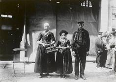 Man, vrouw en meisje in streekdracht uit Hierden. De opname is gemaakt in 1913 te Amsterdam, tijdens het Klederdrachtenfeest. Dit was onderdeel van de festiviteiten rond de 100-jarige onafhankelijkheid van Nederland (1813-1913). #Gelderland #Veluwe #oudedracht #Harderwijk