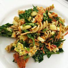 Til 3 portioner skal du bruge:100g grove pastapenne150 g Levevis kyllingestrimler1 spsk. chilisovs (kan undværes)Saft  á én citron70g frisk, skyllet helbladet spinat70g revet gulerod (gør det nemt, og  køb gulerod færdigrevet)1 æble1 avocado70g græsk fetaFremgangsmåde:Kog  pastapenne i le...