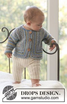 Retstrikket domino trøje i DROPS Fabel og ribstrikkede bukser til baby og børn i DROPS Alpaca.