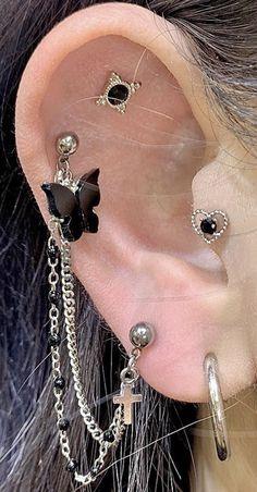 Piercing com correntes Ear Jewelry, Jewelry Tattoo, Cute Jewelry, Body Jewelry, Jewelery, Jewelry Accessories, Pretty Ear Piercings, Face Piercings, Ear Piercings