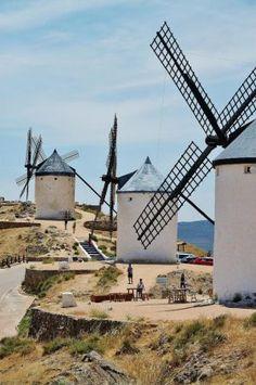 Molinos de viento en Consuegra en Castilla-La Mancha Toledo Spain, South Of Spain, Iberian Peninsula, Cities, City Maps, Le Moulin, Travel Around, Netherlands, Spanish