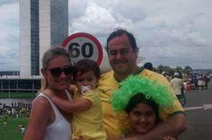 Brasília reúne 45 mil em protesto na Esplanada - http://noticiasembrasilia.com.br/noticias-distrito-federal-cidade-brasilia/2015/03/15/brasilia-reune-45-mil-em-protesto-na-esplanada/