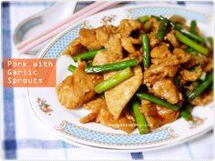 家常便饭/Easy Homecooking: Sliced Pork with Garlic Sprouts http://budgetpantry.com/sliced-pork-with-garlic-sprouts/