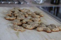 Lískoořechové rohlíčky. Nejsou sladké, spíš je to něco ořechového na chuť. Sladké lze vyrobit přidáním datlí.  https://www.instagram.com/p/Bc7WkAcgc2C/  Ideálně opravdu ořechy namáčejte, kvůli snížení obsahu antinutričních látek (kyselina fytová).