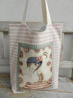 TAŠKA MIRABELLE GIRL Prostorná a praktická taška - vždy při ruce a na cokoli :-). Ušitá ze 100% bavlněných pláten, zadní strana režné lněné plátno, vpředu ozdobně našitý panel od Quilting Treasures z kolekce Santoro London - Mirabelle, vypodšívkovaná bavlněným puntíkem lahodícím barvám tašky - uvnitř kapsa (pokaždé z jiného vzoru bavlny), bez výstuhy - snadno se ...