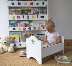 Mia liebt es Ihre Bücher selbständig aus dem Tidy Books Bücherregal zu nehmen