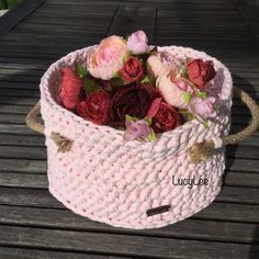 Košíček růžový Hačkovaný košík z recyklovaných bavlněných šnůr. Velikost : šířka 24cm, výška 14cm Po strách ucha z líkového provazu.