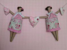 """Eine sehr dekorative Puppengirlande aus dem neuesten Tildabuch """"Tildas Sommerideen"""" in zarten rosa Tönen, aus wunderschönen Tildastoffen.    Bei Fr..."""