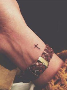 Suzi Tattoo ▷ 1001 + idées pour un petit tatouage minimaliste et charmant, ▷ 1001 + idées pour un petit tatouage minimaliste et charmant idée de tatouage poignet femme, tatouage petit croix simpliste, bracelet en cuir Tattoo. Mini Tattoos, Trendy Tattoos, Cute Tattoos, Beautiful Tattoos, Tattoos For Guys, Little Cross Tattoos, Small Cross Tattoos, Cross Tattoos For Women, Tattoos For Women Small