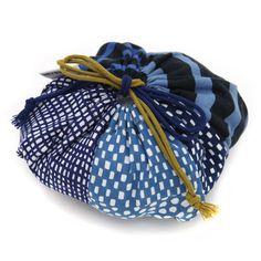 洗うほどに風合いの増す、三重県津市の伝統工芸品 伊勢木綿を使用した巾着。黄緑の紐がワンポイントになっていて、かわいいです。着物に合わせるのはもちろん、おむすびを入れたり(3個入ります)、お弁当を入れたりしても。