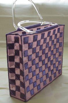 Este bolso está hecho a mano con lona plástica y el bordado de rafia sintética. Puede llevar tus llaves, billetera, gafas de sol y teléfono. El bolso mide aproximadamente 13 x 11 x 3 con asas. Rafia color púrpura Lona plástico rosa Mango de acrílico transparente ENVÍO