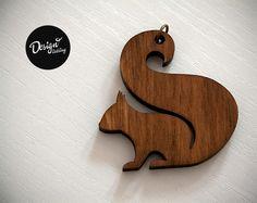 Dieses kleine Eichhörnchen ist aus Buchen-Sperrholz und hängt an einer bronzefarbenen nickelfreien Gliederkette. Der Anhänger wurde nach meinem Design