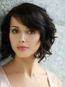 Cute-Short-Wavy-Hairstyles-with-Side-Bangs