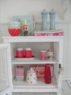GreenGate stoneware, teatowels and cup cakes  Um armário desses é ótimo para colocar as coisas do café.