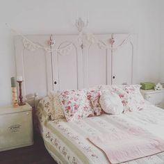 Romantikus hangulatba kerültem :) #romantika #roses #quilts #mik #headboard #masterbedroom #vintage #vintagehome #spring #lace #bunting #candels #hearts❤ #sanyizsuzsi #crosstitch #vikimagine How To Dress A Bed, Master Bedroom, Shabby, Photo And Video, Quilts, Bunting, Dressings, Vintage, Instagram Posts