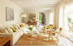Salón abierto con alfombra de yute, materiales naturales y pinceladas verde manzana para un ambiente muy fresco • Living room with jute rug