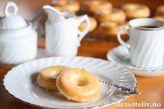 """Sponset innlegg. Donuts (eller Doughnuts) er amerikanernes variant av det vi i Norge kaller smultringer. Du finner dem i de fleste bakerier i USA i ulike størrelser og varianter, men et kjennetegn er at de gjerne er dekket med glasur og strøssel.Amerikanske donuts fylles dessuten ofte med vaniljekrem eller annetdeilig fyll. Norske smultringer stekes jo i smult,mens klassiske, amerikanske donuts gjerne stekes i olje. Det nye på markedet er imidlertid spesielle """"Donut pans"""" - som… Doughnuts, Bagel, Baked Goods, Lemon, Bread, Baking, Desserts, Sweet Stuff, Food"""