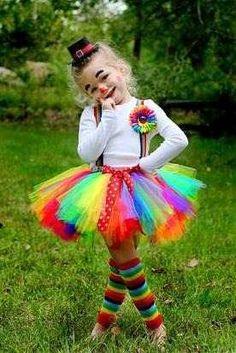 De mooiste clown met een gekleurde tuturok en een paar bretels er aan vast