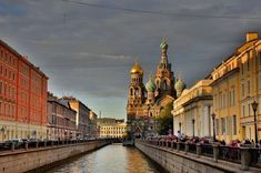Knowing the best time to visit Russia should be the first step in your Russia travel plans. Here you can find out the best time to travel to Russia and what's so special about visiting Russia in winter and in summer. Eurotrip, Promenade En Bateau, Monuments, Visit Russia, St Petersburg Russia, Le Palais, Largest Countries, Best Cities, Saint Petersburg