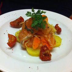 """Ensalada templada de patata con salmon ahumado y tomate seco en Gironde.  una variante de la receta clasica de  """" harengs pomme a l'huile"""" simplemente cambiado por un buen salmon ahumado y fucciona ! por Nico Boise, Sommelier en Mugaritz  http://www.onfan.com/es/especialidades/saint-emilion/l-envers-du-decor/ensalada-templada-de-patata-con-salmon-ahumado-y-tomate-seco?utm_source=pinterest&utm_medium=web&utm_campaign=referal"""