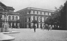 """1910 - Páteo do Colégio. A foto mostra o antigo edifício dos Correios (à direita) em 1910, na esquina da Rua Anchieta com o Pátio do Colégio. No lugar está hoje o prédio do antigo Tribunal de Alçada.  A pequenina Rua Anchieta já foi conhecida como Beco do Bispo, Travessa para o Colégio e Rua do Palácio. Uma das primeiras referências a ela foi como """"Rua que principia do Pateo do Collegio the o Procurador da Fazenda Real"""". Faz a ligação do Pátio do Colégio com a Rua XV de Novembro."""