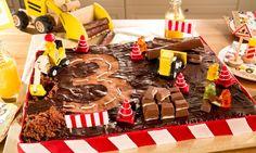 Baustellen-Geburtstagskuchen Rezept: Ein saftiger Schokoladenkuchen mit Kuvertüre und Süßigkeiten dekoriert, als Baustelle zum Geburtstag - Eins von 7.000 leckeren, gelingsicheren Rezepten von Dr. Oetker!